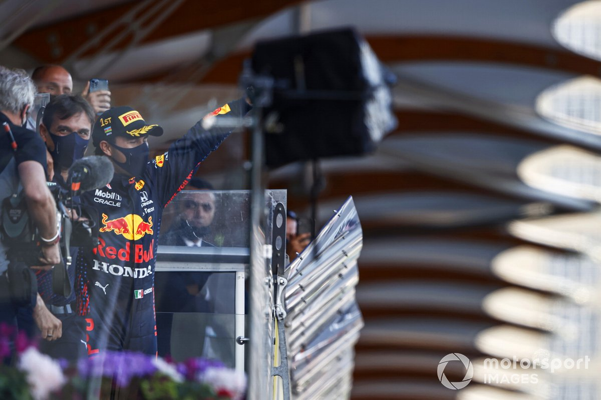 Podio: ganador de la carrera Sergio Pérez, Red Bull Racing