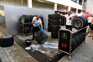 Un meccanico del team Mercedes AMG F1 lava ruote e pneumatici Pirelli