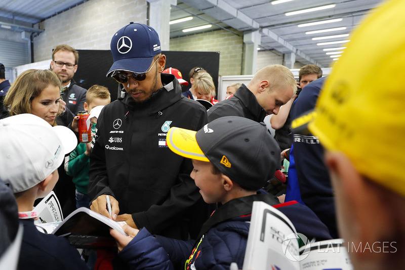 """Lewis Hamilton: """"Fizemos tudo o que podíamos, eu fiz tudo o que eu podia na corrida, e acho que, no fim, rendemos muito bem neste fim de semana. Mas ele [Vettel] me passou na reta como se eu não existisse"""""""