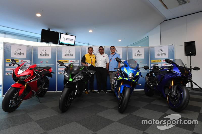 Sadahiko Matsumura, General Manager Dunlop; Ron Hogg, Director Two Wheels Motor Racing dan Kendy Cha
