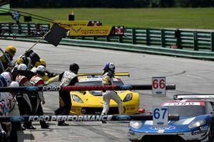 #3 Corvette Racing Chevrolet Corvette C7.R, GTLM - Antonio Garcia, Jan Magnussen pit stop.
