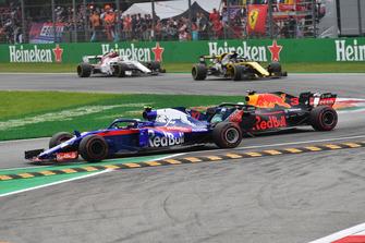 Brendon Hartley, Scuderia Toro Rosso STR13 et Daniel Ricciardo, Red Bull Racing RB14 en lutte