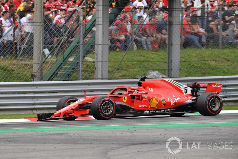 Sebastian Vettel, Ferrari SF71H, con el alerón delantero roto tras tocarse con Hamilton en la primera vuelta de Italia