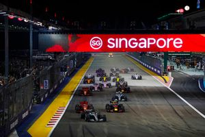 Lewis Hamilton, Mercedes AMG F1 W09 EQ Power+, precede Sebastian Vettel, Ferrari SF71H, Max Verstappen, Red Bull Racing RB14, Valtteri Bottas, Mercedes AMG F1 W09 EQ Power+, Kimi Raikkonen, Ferrari SF71H, e il resto del gruppo, alla partenza