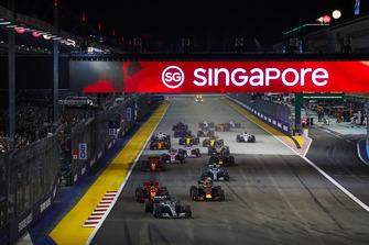 Lewis Hamilton, Mercedes AMG F1 W09 EQ Power+, leads Sebastian Vettel, Ferrari SF71H, Max Verstappen, Red Bull Racing RB14, Valtteri Bottas, Mercedes AMG F1 W09 EQ Power+, Kimi Raikkonen, Ferrari SF71H, and the rest of the field at the start