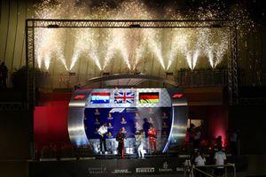 (Da sx a dx): Max Verstappen, Red Bull Racing, Lewis Hamilton, Mercedes AMG F1 e Sebastian Vettel, Ferrari festeggiano sul podio con lo champagne