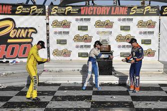 Joey Logano, Team Penske, Ford Fusion Shell Pennzoil, Ryan Blaney, Team Penske, Ford Fusion PPG, e Brad Keselowski, Team Penske, Ford Fusion Autotrader, festeggiano la 500esima vittoria del team Penske