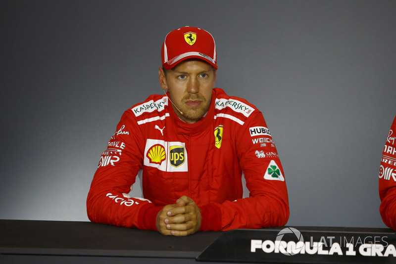 """Sebastian Vettel: """"Acho que vocês têm mais ângulos do que eu para ver, mas tentei passar Kimi, mas ele aliviou o freio e eu não tive como. Não queria tentar fazer algo bobo. Então, fiquei fora e Lewis viu a brecha para tentar ir por fora."""""""