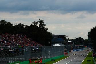 Valtteri Bottas, Mercedes AMG F1 W09, leads Nico Hulkenberg, Renault Sport F1 Team RS 18