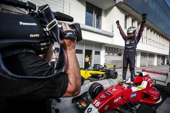 il vincitore Yifei Ye, Josef Kaufmann Racing