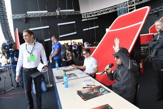 Vitaly Petrov talks with Sergio Perez, Racing Point Force India F1 Team and Esteban Ocon, Racing Point Force India F1 Team