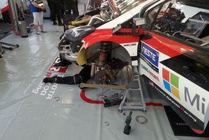 Meccanici Toyota Gazoo Racing al lavoro sulla Toyota Yaris WRC di Esapekka Lappi, Janne Ferm