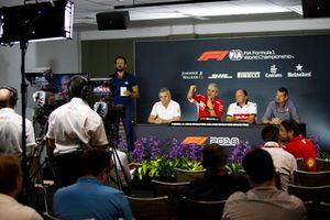 Gil de Ferran, Direttore sportivo, McLaren, Maurizio Arrivabene, Team Principal, Ferrari, Frederic Vasseur, Sauber, Team Principal, e Guenther Steiner, Team Principal, Haas F1, nella conferenza stampa