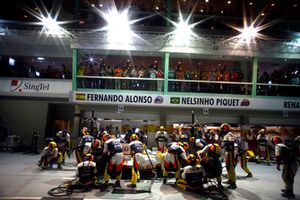 Fernando Alonso, Renault R28, makes a stop