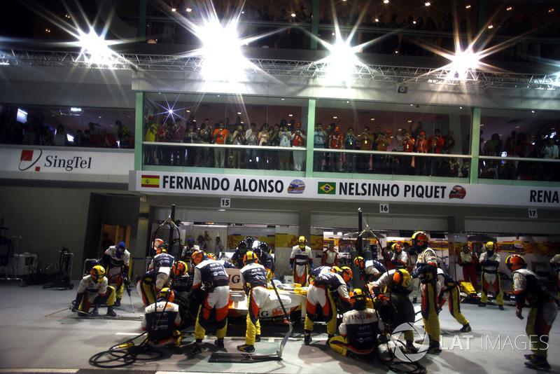 Fernando Alonso, Renault R28, fait un arrêt au stand