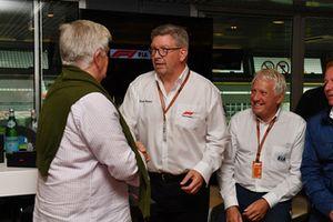 Le journaliste Roger Benoit, au F1 Hall of Fame avec Ross Brawn, directeur de la compétition du Formula One Group et Charlie Whiting, délégué de la FIA