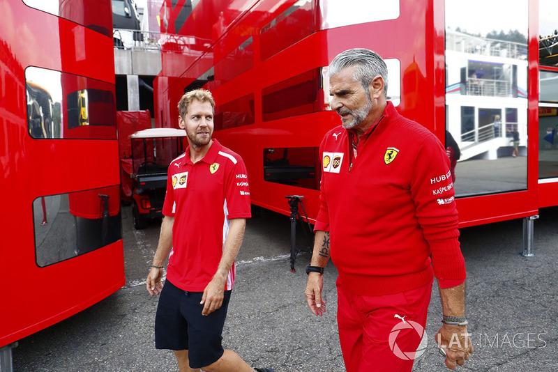 Sebastian Vettel, Ferrari, camina con el director del equipo Maurizio Arrivabene, Ferrari