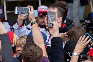 #8 Toyota Gazoo Racing Toyota TS050: Fernando Alonso with fans