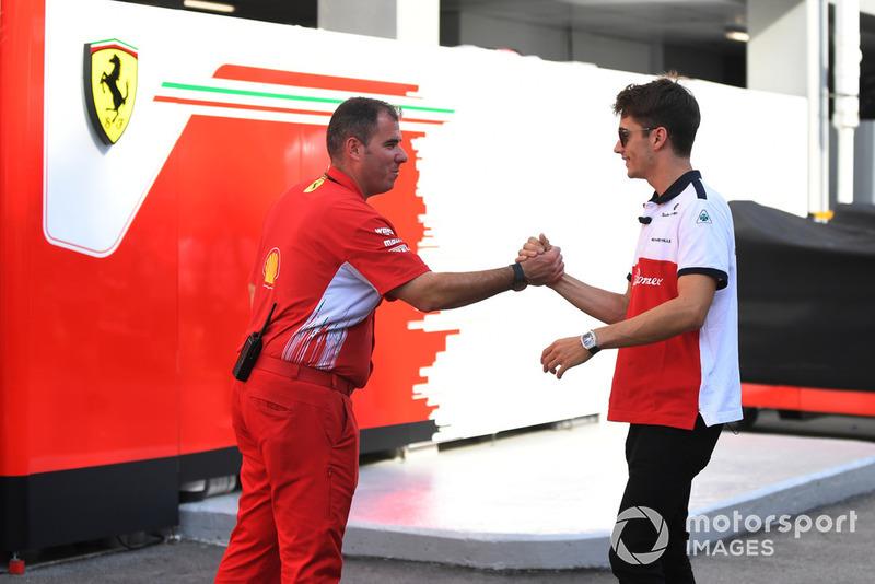 Charles Leclerc, Alfa Romeo Sauber F1 Team et un membre de Ferrari