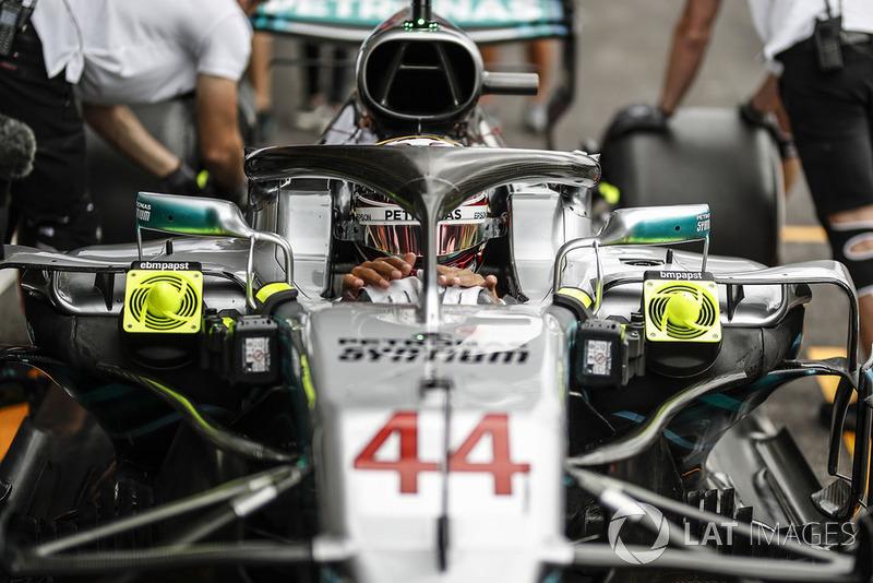 Lewis Hamilton, Mercedes AMG F1 W09 in his pit box