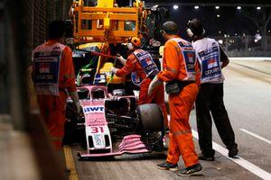 Oficiales remueven el coche de Esteban Ocon, Racing Point Force India VJM11 después de chocar al inicio