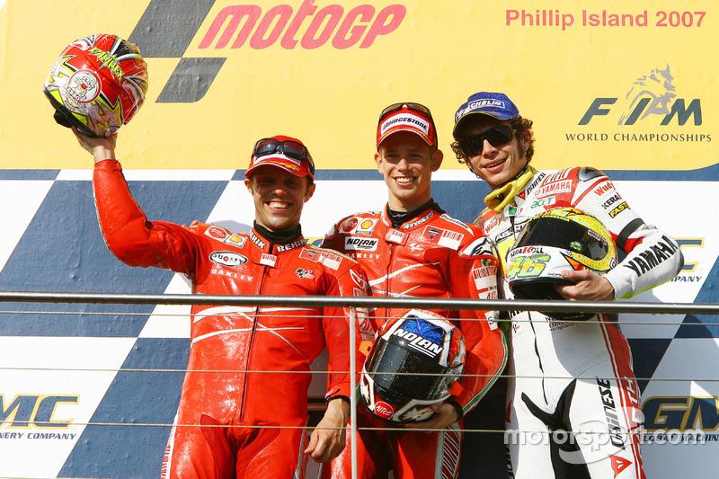 Podio: segundo lugar Loris Capirossi, Ducati; ganador de la carrera Casey Stoner; tercer lugar Valentino Rossi, Yahmaha