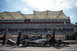 Sahara Force India F1 VJM09 con los mecánicos en los boxes