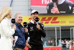 Rachel Brookes, reporter Sky Sports F1 avec Martin Brundle, commentateur Sky Sports et Jenson Button, McLaren
