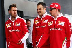 Sebastian Vettel, Ferrari con Diego Ioverno, Ferrari Director de operaciones con Kimi Raikkonen, Ferrari