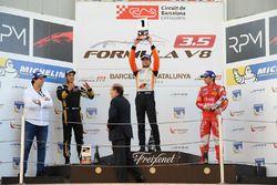 Podium: winnaar en kampioen Tom Dillmann, AVF; tweede Roy Nissany, Lotus; derde Pietro Fittipaldi, F