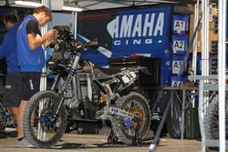 Un mécanicien Yamaha au travail