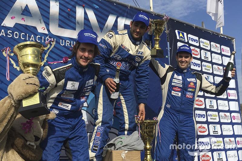 Podio: segundo lugar Rodrigo Aramendía, Peugeot Petrobras; Wilfredo Pomés Hyundai Mobil y tercer lugar Fernando Rama Peugeot petrobras