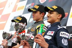 Podium: winnaar Lando Norris, Carlin, tweede Aleksanteri Huovinen, Double R Racing, derde Enaam Ahme