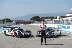Фриц Энзингер, глава подразделения LMP1 Porsche Team рядом с 2016 Porsche 919 Hybrid