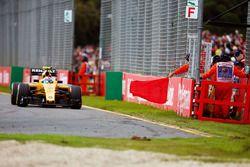 Jolyon Palmer, Renault Sport F1 Team R.S.16 alors que la course est arrêtée au drapeau rouge