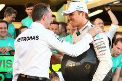 Ganador de la carrera Nico Rosberg, Mercedes AMG F1 celebra con Paddy Lowe, Mercedes AMG F1 director