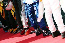 Botas de carrera durante el himno nacional
