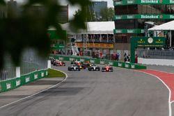 Lewis Hamilton, Mercedes AMG F1 W07 Hybrid et Nico Rosberg, Mercedes AMG F1 W07 Hybrid au départ de la course