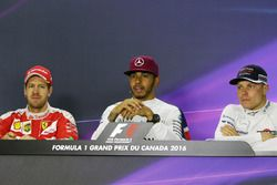 Sebastian Vettel, Ferrari; Lewis Hamilton, Mercedes AMG F1; y Valtteri Bottas, Williams
