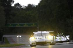 #92 Porsche Motorsport Porsche 911 RSR: Earl Bamber, Frテゥdテゥric Makowiecki, Jテカrg Bergmeister