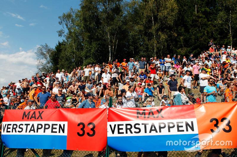 Tifosi e cartelloni per Max Verstappen, Red Bull Racing