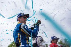 Podio: tercer lugar Sébastien Buemi, Renault e.Dams celebra con champagne