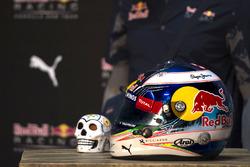 Casco de Daniel Ricciardo, Red Bull Racing en el Ofrendomo en la Ciudad de México para el Día de Mue