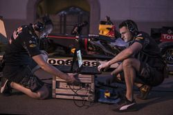 Red Bull Racing engineers tijdens de demonstratie in Oman