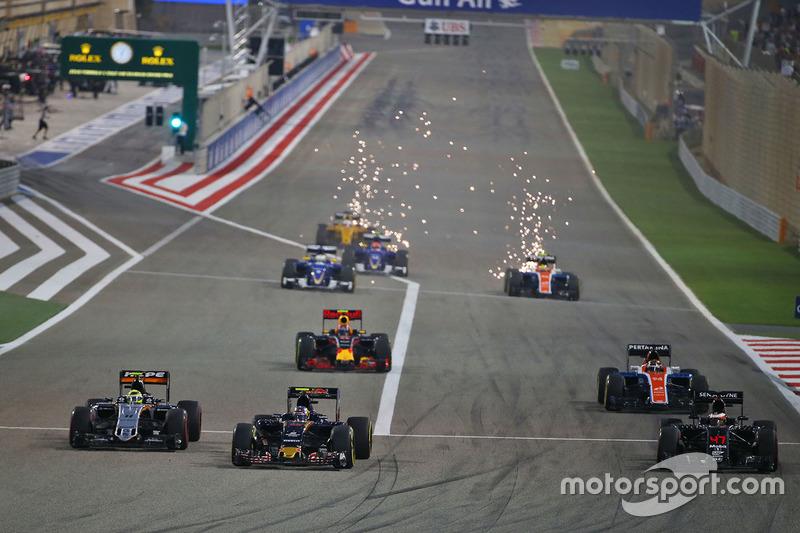 Arrancada: Sergio Pérez, Sahara Force India F1 VJM09, Carlos Sainz Jr., Scuderia Toro Rosso STR11 y Stoffel Vandoorne, McLaren MP4-31