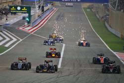 Start zum Rennen: Sergio Perez, Sahara Force India F1 VJM09, Carlos Sainz Jr.; Scuderia Toro Rosso S