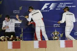 Podium : le vainqueur Nico Rosberg, Mercedes AMG F1 Team, Aldo Costa, directeur de l'ingénierie de Mercedes AMG F1, et le 3e Lewis Hamilton, Mercedes AMG F1