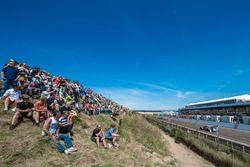 Spectators, dune, Robert Wickens, Mercedes-AMG Team HWA, Mercedes-AMG C63 DTM