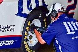 Un miembro de la tripulación aprieta una tuerca de zapata de Brad Keselowski, coche del equipo Pensk