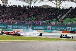 Lewis Hamilton, Mercedes AMG F1, W07 Hybrid, vor Nico Rosberg, Mercedes AMG F1, W07 Hybrid, und Seba